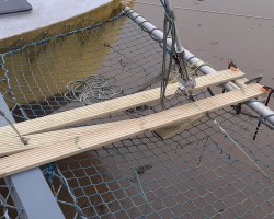 Inner forestay had to be released, to lay the middle plank.. which needed to be in 2 parts, to accommodate the forestay.
